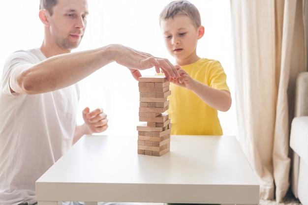 Famiglia felice che gioca insieme al gioco da tavolo casa. accogliente.