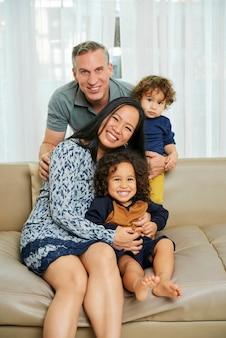 Famiglia felice che gioca a casa
