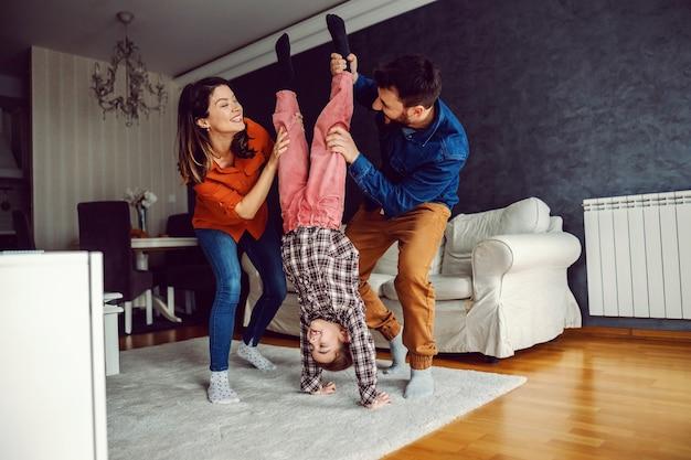 Famiglia felice che gioca insieme