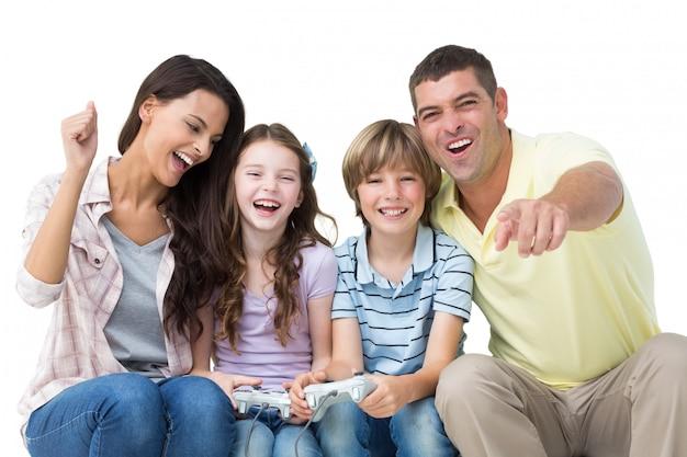 Famiglia felice che gioca video gioco