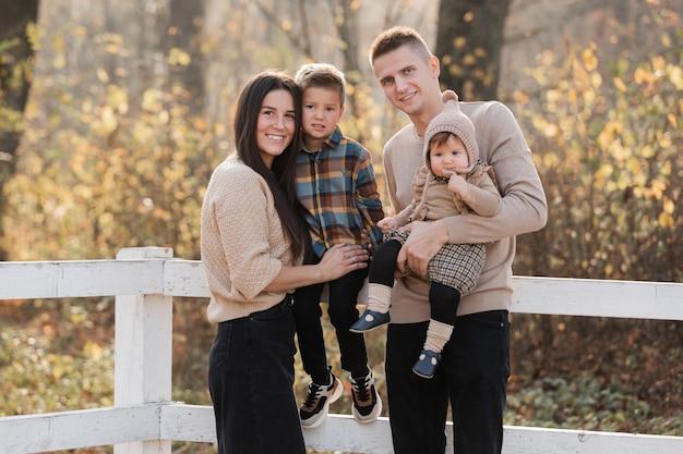 Famiglia felice che gioca mentre si cammina in un parco