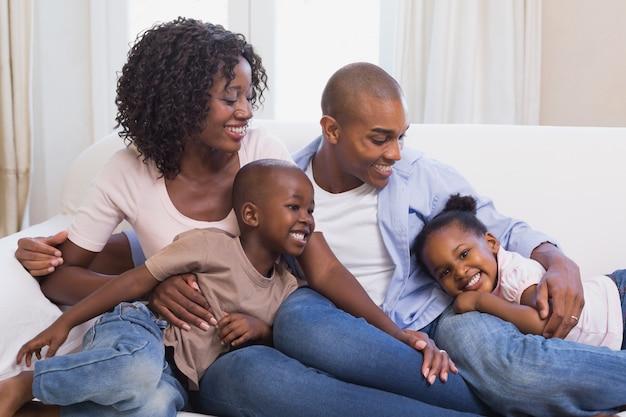Famiglia felice che posa insieme sullo strato