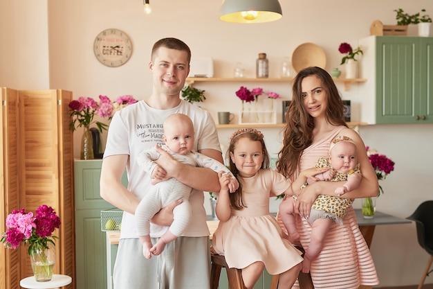 Famiglia felice in posa in cucina