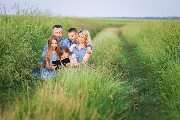 Una famiglia felice ha letto un libro sulla natura nel parco