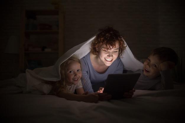 Famiglia felice leggendo di notte
