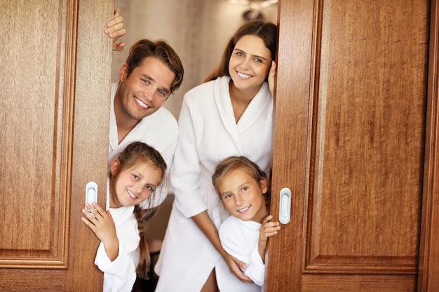 Famiglia felice che si rilassa nella camera d'albergo