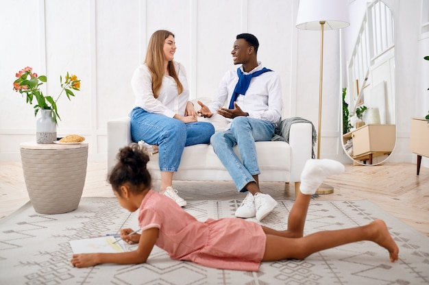Famiglia felice che si rilassa nel soggiorno