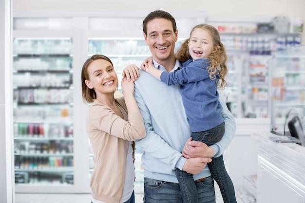 Famiglia felice che compera in una farmacia