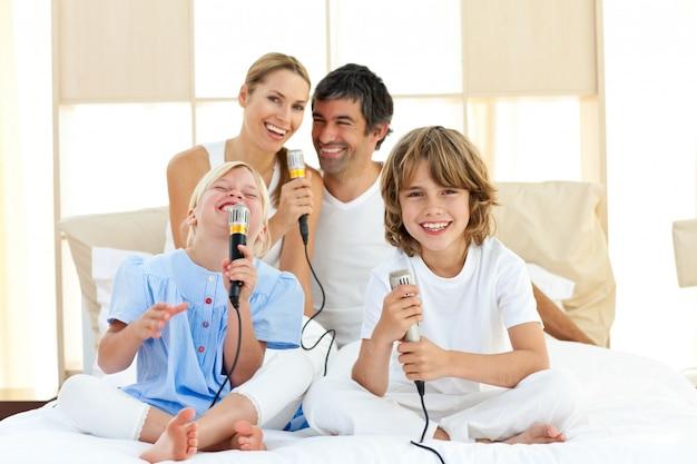 Famiglia felice che canta insieme