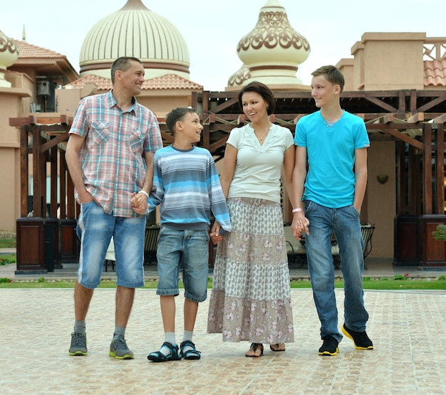 Famiglia felice che sorride e si diverte in un luogo di villeggiatura
