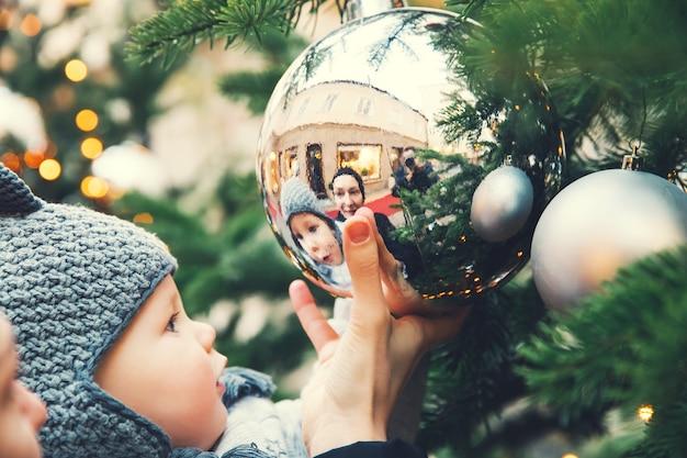 La famiglia felice trascorre del tempo durante le vacanze di natale e capodanno nel centro storico di salisburgo, austria