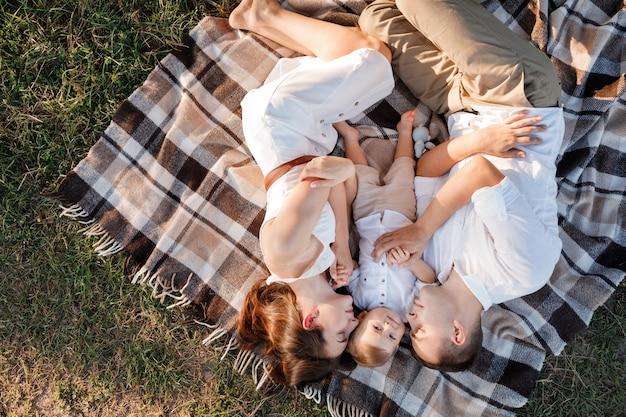 Famiglia felice di trascorrere del tempo insieme in una soleggiata giornata estiva