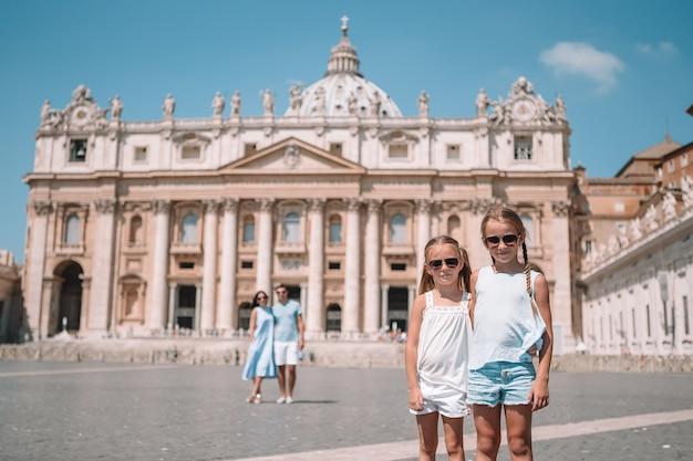 Famiglia felice alla chiesa della basilica di st peter a città del vaticano.