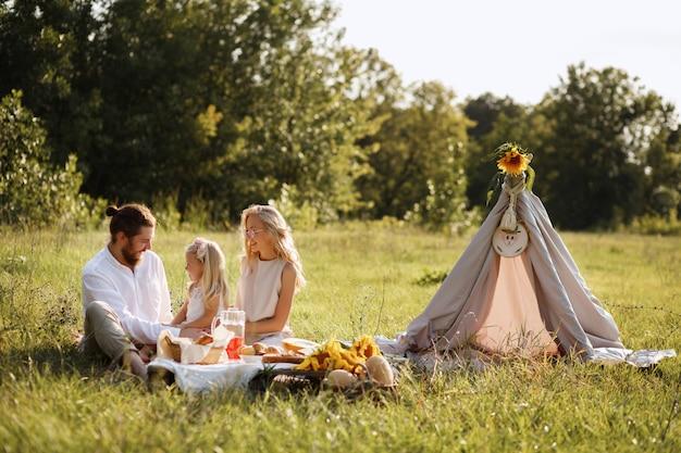Famiglia felice sul picnic estivo