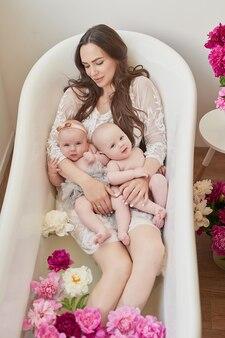 Famiglia felice facendo un bagno in acqua floreale