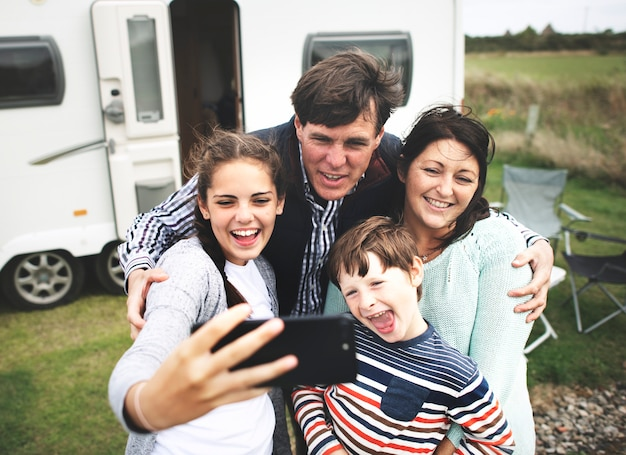 Famiglia felice prendendo un selfie