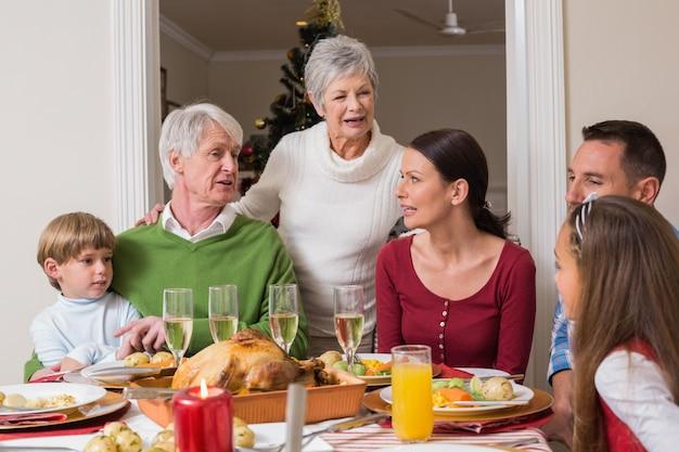 Famiglia felice che parla insieme alla cena di natale