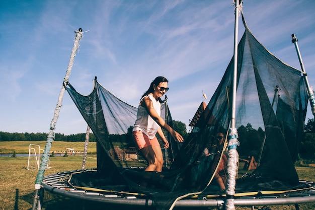 Famiglia felice su un trampolino