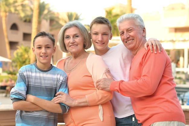 Famiglia felice in un resort tropicale vicino all'hotel?