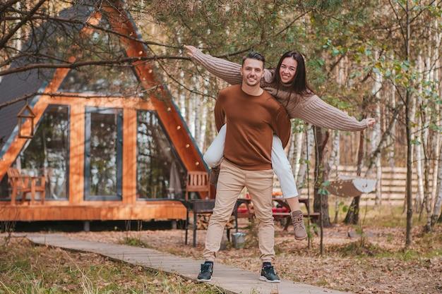 Felice famiglia di due persone sulla terrazza in autunno