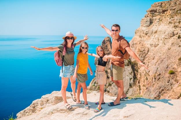 Famiglia felice in vacanza in montagna