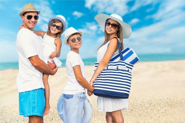 Famiglia felice in vacanza che cammina insieme