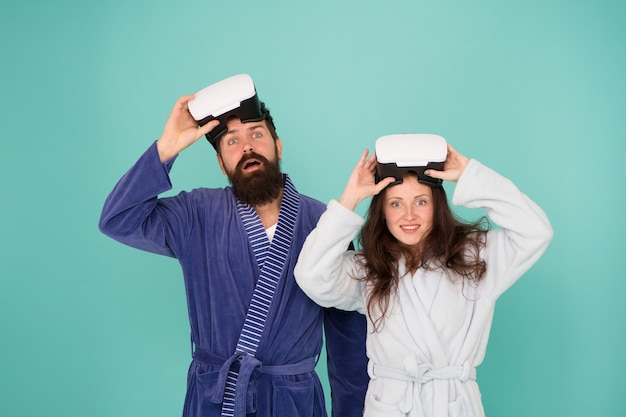 Famiglia felice in occhiali vr. buon giorno. realta virtuale. amore. coppia innamorata. famiglia. uomo e donna barbuti in pigiama dell'abito. è così reale. il futuro è adesso. hipster uomo barbuto con ragazza felice.