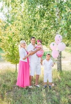 Famiglia felice a piedi in estate in natura