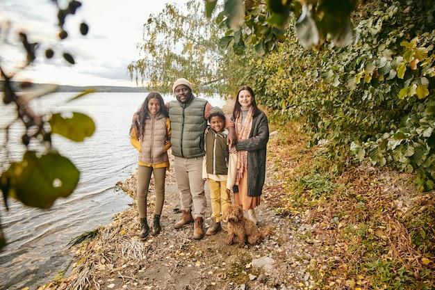 Famiglia felice che cammina nella foresta