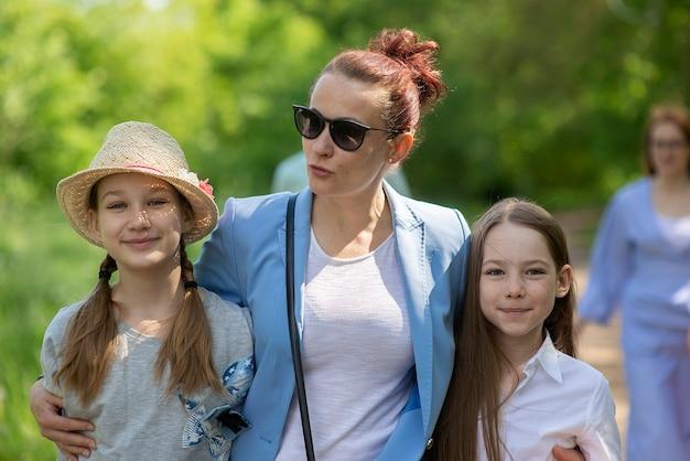 Famiglia felice che cammina soleggiata giornata estiva