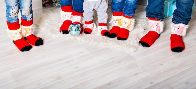 Famiglia felice con i calzini di natale. concetto di vacanza invernale. tre bambini