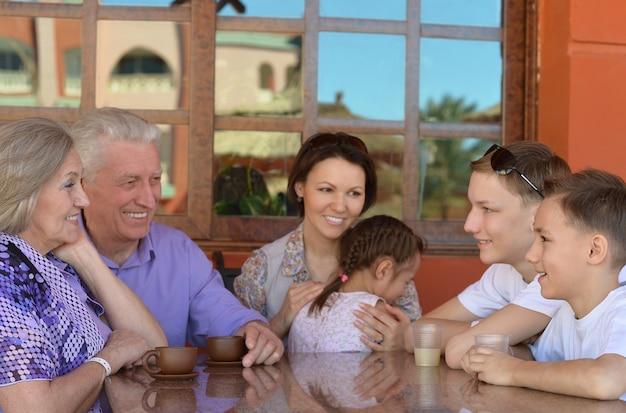 Famiglia felice con caffè in un resort tropicale