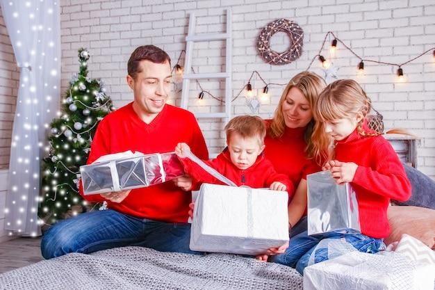 Una famiglia felice con regali a natale