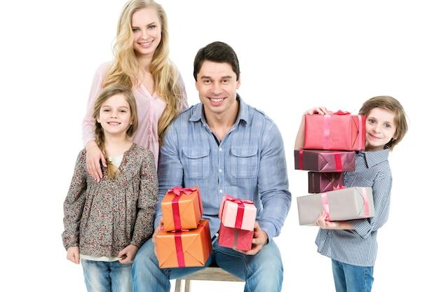 Famiglia felice con doni su sfondo bianco