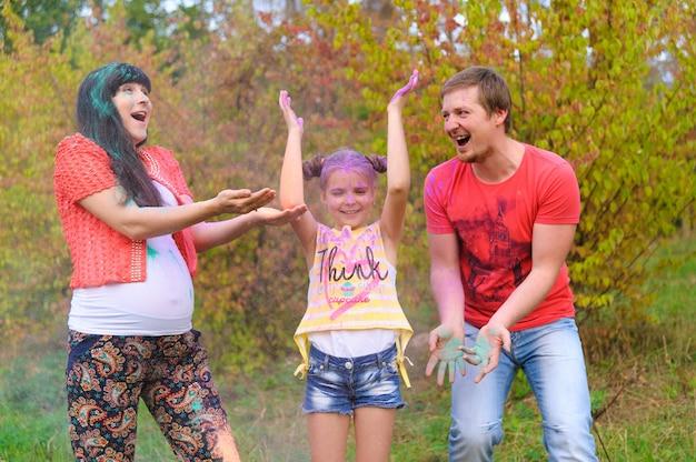 Famiglia felice con facce dipinte di holi