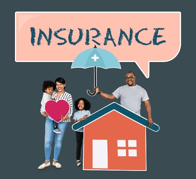 Famiglia felice con l'assicurazione della casa