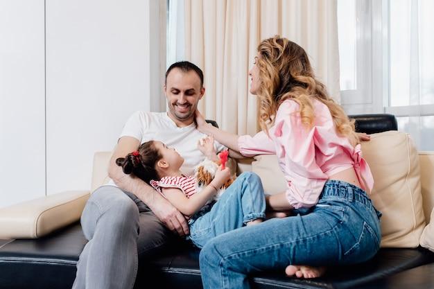 Famiglia felice con la piccola figlia che si diverte a casa. vacanze estive.