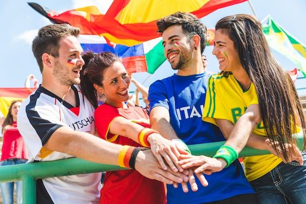 Felici sostenitori di tifosi provenienti da diversi paesi insieme allo stadio