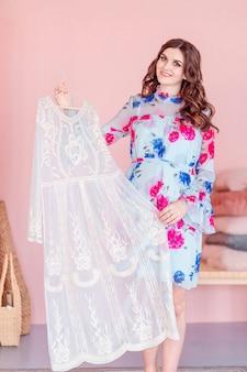 La donna felice di modo sceglie il vestito