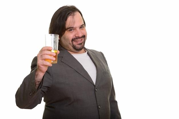 Uomo d'affari caucasico grasso felice che sorride e che tiene vetro dell'orso