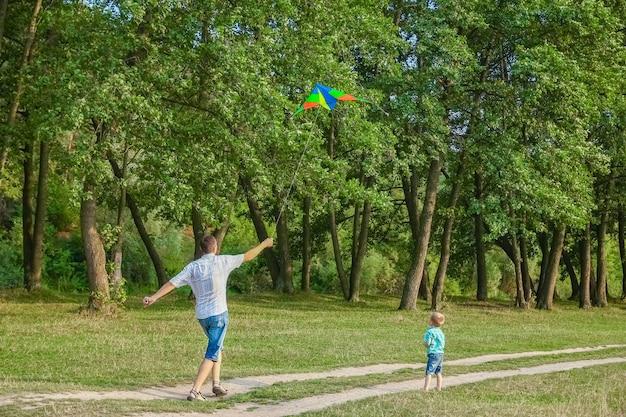 Padre felice e bambino che giocano nella natura in estate