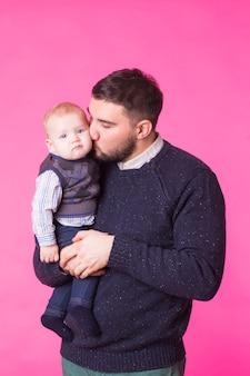 Padre felice che tiene il figlio del bambino nelle mani