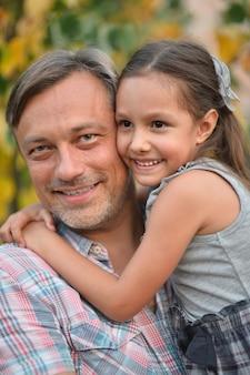 Padre felice con la figlia nel parco estivo
