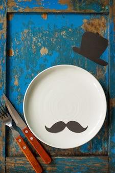 Concetto di festa del papà felice piatto da tavola e posate sul tavolo di legno blu vista dall'alto