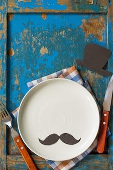 Concetto di festa del papà felice piatto posate e tovagliolo sul tavolo di legno spazio copia