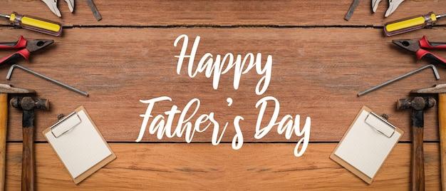 Testo della festa del papà felice con bordo laterale di strumenti e cravatte su uno sfondo di legno rustico