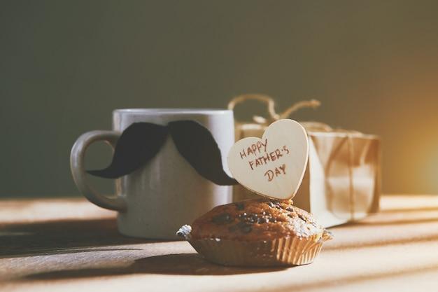 Buona festa del papà con cuore e tazza di caffè su legno