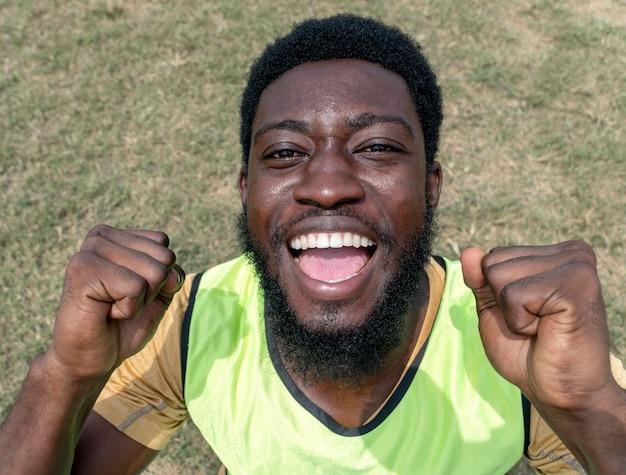 Giocatore di football felice