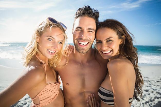 Amici felici che godono del momento sulla spiaggia