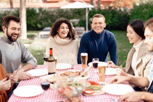 Gli amici felici si divertono, cucinano il cibo.